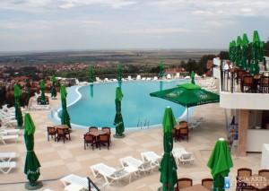 1.Spoljni hotelski bazen u Villi Breg u Vršcu sa panoramskim pogledom na grad