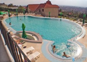 2.Spoljni hotelski bazen u Villi Breg u Vršcu sa hidromsažnom kadom i šankom u vodi