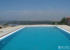4.Otvoreni bazen sa standardnom opremom u bazenu: prelivna rešetka, podne mlaznice, reflektori, penjalice