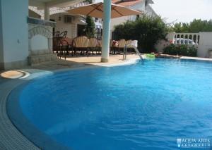 4.Protivstrujno plivanje u otvorenom bazenu u turističkoj vili u Budvi