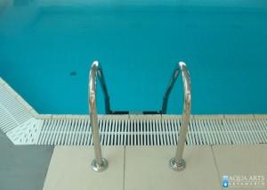 15.Penjalice za ulaz i izlaz iz bazena, standardna oprema za bazena, prohromske sa gumiranim gazištima